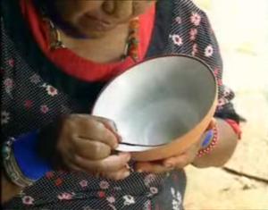 """Donna dell'Ecuador dipinge una ciotola. Immagine tratta dal film """"Sulle ali del giaguaro"""" di Penn e Teutsch."""