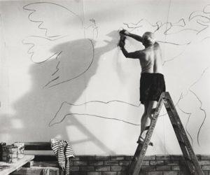 Pablo Picasso disegna la colomba della pace a Vallauris
